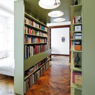 Großes Modernes Schlafzimmer Ohne Kamin, Im Loft Style Mit Weißer Wandfarbe,  Braunem Holzboden