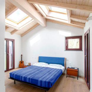 Immagine di una camera da letto contemporanea con pareti grigie, pavimento in legno massello medio e pavimento marrone