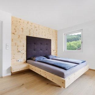 Esempio di una grande camera padronale nordica con pareti bianche e parquet chiaro