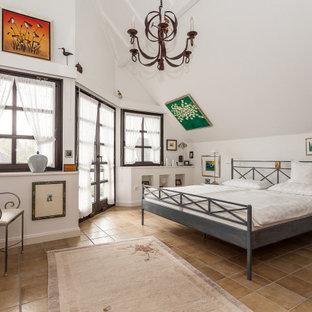 Klassisches Schlafzimmer mit weißer Wandfarbe, braunem Boden und gewölbter Decke in Köln