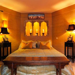 他の地域の中くらいのアジアンスタイルのおしゃれな主寝室 (茶色い壁)