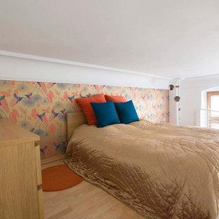 Kleines Stilmix Schlafzimmer ohne Kamin mit bunten Wänden und hellem Holzboden in Köln