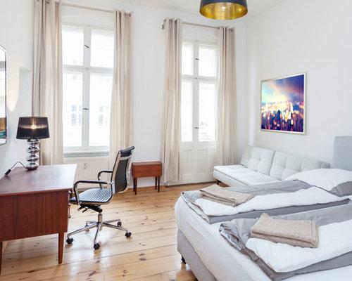 Mittelgroßes Modernes Hauptschlafzimmer Ohne Kamin Mit Weißer Wandfarbe Und  Hellem Holzboden In Berlin