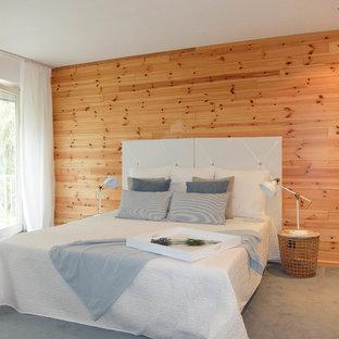 Mittelgroßes Country Hauptschlafzimmer ohne Kamin mit brauner Wandfarbe, Teppichboden und grauem Boden in Bremen