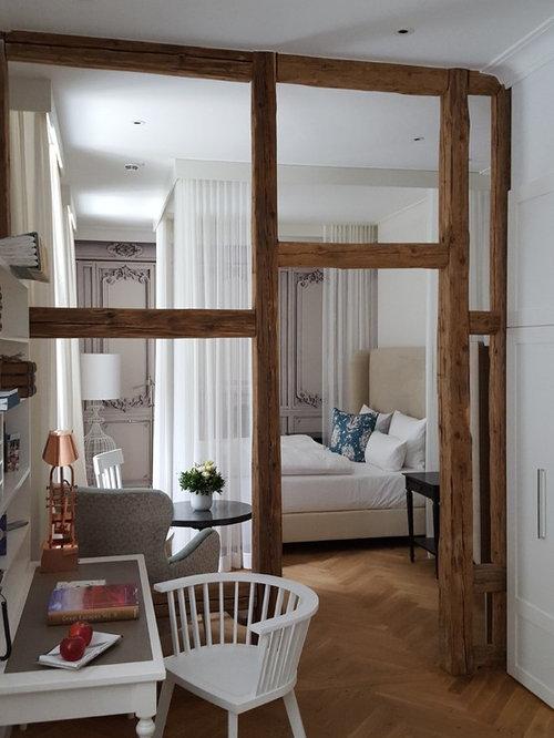 Mittelgroßes Country Hauptschlafzimmer Ohne Kamin Mit Weißer Wandfarbe Und  Braunem Holzboden In Sonstige