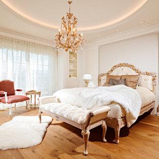 Mittelgroßes Klassisches Hauptschlafzimmer Mit Weißer Wandfarbe, Gebeiztem  Holzboden, Kamin, Kaminsims Aus Stein Und
