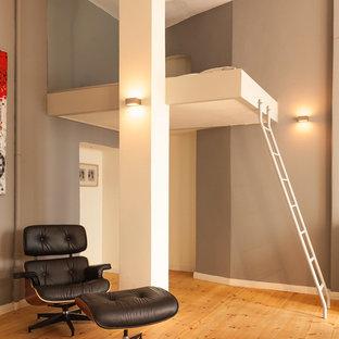 Стильный дизайн: большая гостевая спальня в современном стиле с серыми стенами и паркетным полом среднего тона без камина - последний тренд