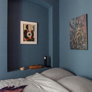 Kleines Skandinavisches Schlafzimmer mit blauer Wandfarbe in Berlin