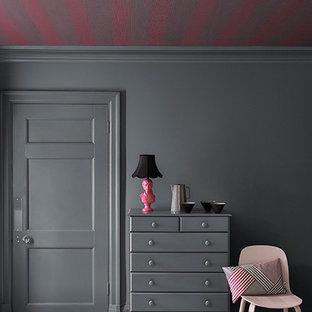 Imagen de dormitorio principal, clásico, grande, sin chimenea, con paredes negras, suelo de piedra caliza y suelo beige