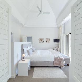 Mittelgroßes Tropenstil Hauptschlafzimmer Mit Weißer Wandfarbe Und  Keramikboden In Sonstige