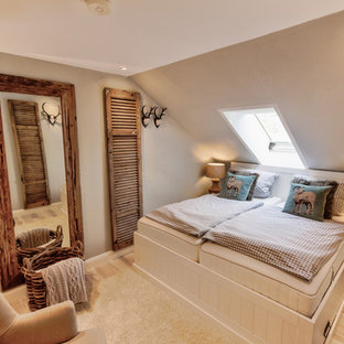 Mittelgroßes Uriges Hauptschlafzimmer ohne Kamin mit beiger Wandfarbe, hellem Holzboden und beigem Boden in Hannover