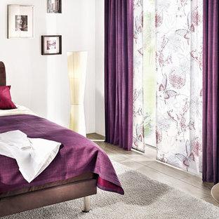 Идея дизайна: хозяйская спальня среднего размера с полом из винила и белыми стенами