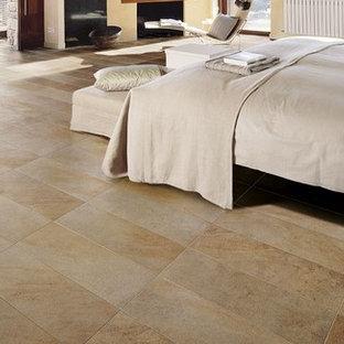 Стильный дизайн: хозяйская спальня среднего размера в средиземноморском стиле с бежевыми стенами, полом из керамической плитки и оранжевым полом - последний тренд