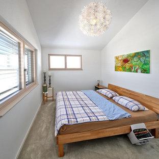 Mittelgroßes Modernes Hauptschlafzimmer ohne Kamin mit weißer Wandfarbe, Teppichboden und grauem Boden in München