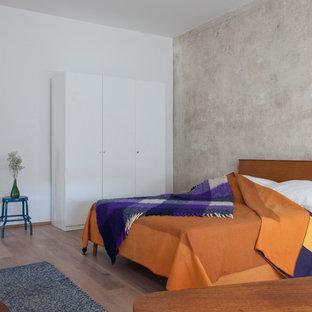 Mittelgroßes Modernes Hauptschlafzimmer Mit Beiger Wandfarbe, Braunem  Holzboden Und Braunem Boden In Berlin