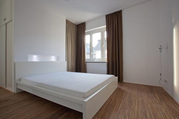 architektur ein bad als blauer block zwischen k che und schlafzimmer. Black Bedroom Furniture Sets. Home Design Ideas