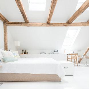 Geräumiges Nordisches Hauptschlafzimmer Mit Weißer Wandfarbe In Dortmund