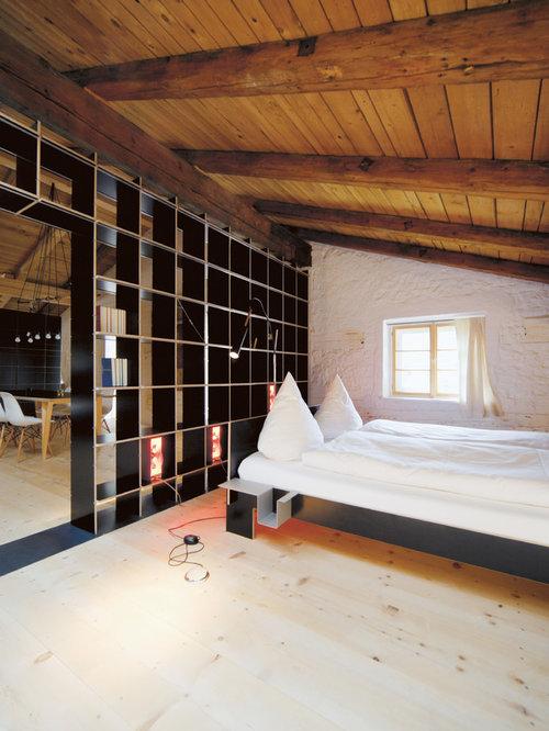 Mittelgroßes Uriges Gästezimmer Mit Weißer Wandfarbe, Hellem Holzboden Und  Beigem Boden In München