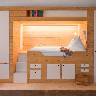Modernes Schlafzimmer mit weißer Wandfarbe, hellem Holzboden und beigem Boden in München
