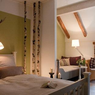 Foto di una camera degli ospiti country di medie dimensioni con pareti verdi, pavimento in vinile e nessun camino