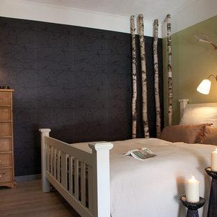 Foto di una camera degli ospiti country di medie dimensioni con pareti nere e pavimento in vinile
