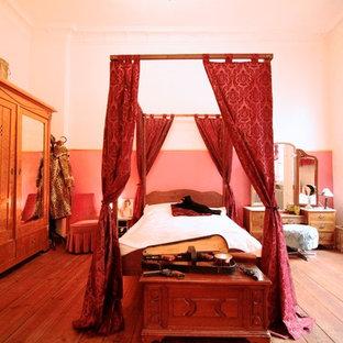 Réalisation d'une grande chambre style shabby chic avec un mur blanc, un sol en bois brun et aucune cheminée.