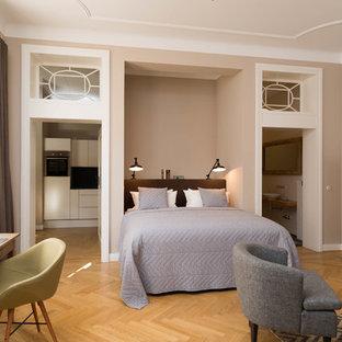 Geräumiges Klassisches Schlafzimmer Ohne Kamin, Im Loft Style Mit Beiger  Wandfarbe, Braunem Holzboden