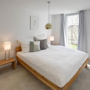 Diseño de dormitorio principal, minimalista, de tamaño medio, sin chimenea, con paredes blancas, suelo de baldosas de porcelana y suelo beige