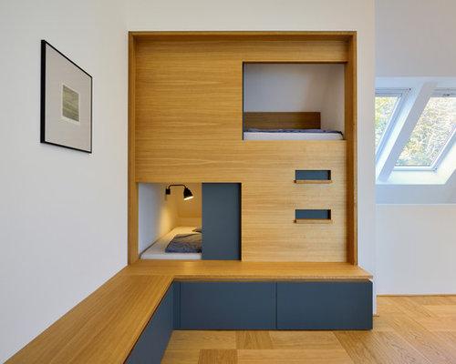 Kleines Modernes Gästezimmer Ohne Kamin Mit Weißer Wandfarbe Und Braunem  Holzboden In Sonstige