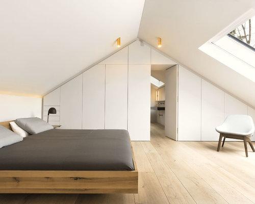 Mittelgrosses Nordisches Hauptschlafzimmer Ohne Kamin Mit Weisser Wandfarbe Hellem Holzboden Und Beigem Boden In Munchen