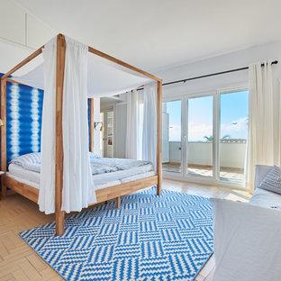 Ejemplo de dormitorio costero con paredes blancas, suelo de baldosas de terracota y suelo beige