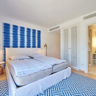 Foto de dormitorio principal, costero, con paredes blancas, suelo de baldosas de terracota y suelo beige