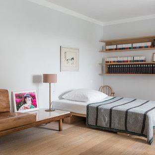 Großes Modernes Gästezimmer ohne Kamin mit weißer Wandfarbe, hellem Holzboden und beigem Boden in Hamburg