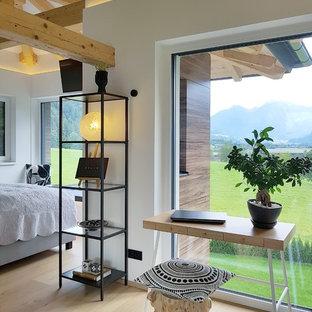 Modelo de dormitorio principal, escandinavo, con paredes beige, suelo de madera clara y suelo beige