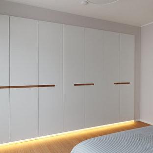 Diseño de dormitorio principal, asiático, pequeño, con suelo de bambú y suelo beige