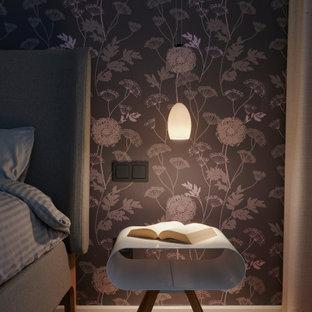 Modelo de dormitorio principal, de estilo zen, pequeño, con suelo de bambú y suelo beige