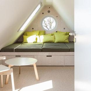 Exempel på ett litet modernt sovrum, med vita väggar och heltäckningsmatta