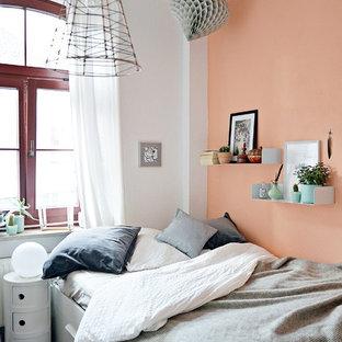 Modelo de dormitorio principal, actual, sin chimenea, con parades naranjas y moqueta
