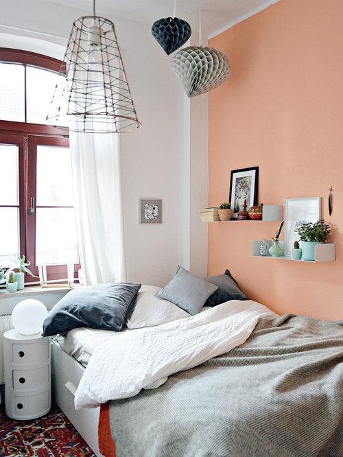 Modernes Hauptschlafzimmer Ohne Kamin Mit Oranger Wandfarbe Und  Teppichboden In Düsseldorf