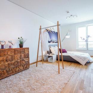 Mittelgroßes Nordisches Schlafzimmer mit weißer Wandfarbe und hellem Holzboden in Frankfurt am Main