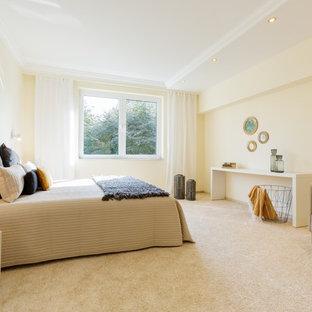Klassisches Hauptschlafzimmer mit beiger Wandfarbe, Teppichboden und beigem Boden in Düsseldorf