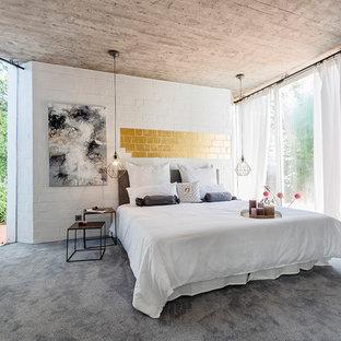 Großes Modernes Hauptschlafzimmer Ohne Kamin Mit Weißer Wandfarbe,  Teppichboden Und Grauem Boden In Sonstige