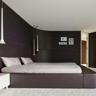Großes Modernes Hauptschlafzimmer mit Teppichboden, schwarzer Wandfarbe und weißem Boden in Stuttgart