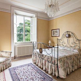Imagen de dormitorio principal, clásico, de tamaño medio, con paredes amarillas