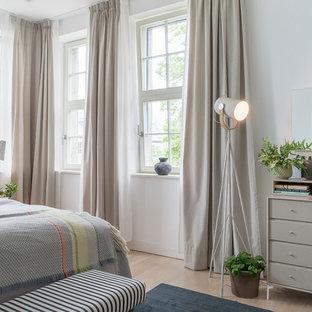Mittelgroßes Nordisches Schlafzimmer mit weißer Wandfarbe, hellem Holzboden und beigem Boden in Berlin