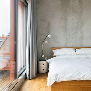 Modernes Schlafzimmer mit grauer Wandfarbe und braunem Holzboden in Berlin