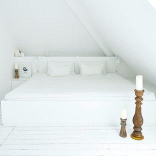 Diseño de dormitorio principal, moderno, pequeño, con paredes blancas, suelo de madera pintada y suelo blanco