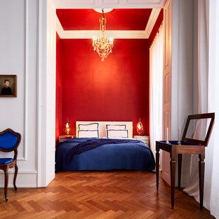 Diseño de habitación de invitados clásica, de tamaño medio, sin chimenea, con paredes rojas, suelo de madera oscura y suelo marrón