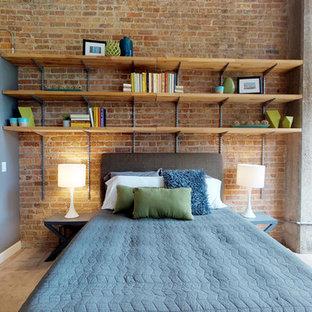 Ejemplo de dormitorio principal, urbano, de tamaño medio, sin chimenea, con parades naranjas, suelo de cemento y suelo gris