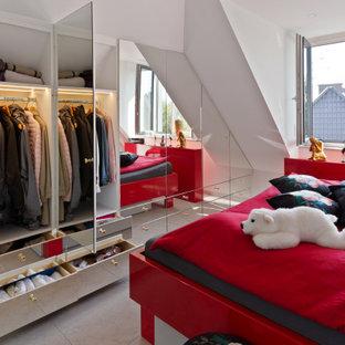 Modernes Schlafzimmer mit weißer Wandfarbe und grauem Boden in München